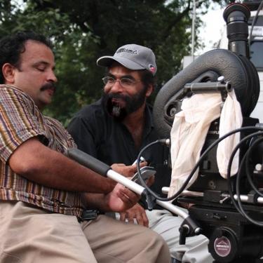 'ബനാറസ്' ചലച്ചിത്ര ചിത്രീകരണത്തിനിടയില് ഛായാഗ്രാഹകന് സുകുമാറിനൊപ്പം.