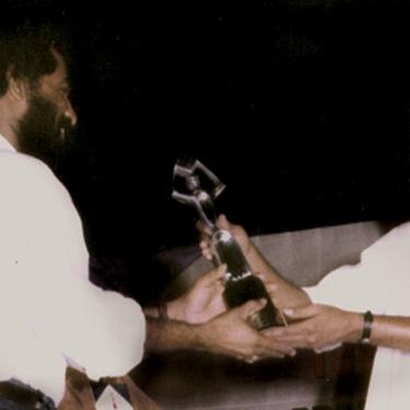 മികച്ച കലാസംവിധായകനുള്ള ഫിലിം ക്രിട്ടിക്സ് അവാര്ഡ് മുന് സ്പീക്കര് എം. വിജയകുമാറില് നിന്നും സ്വീകരിക്കുന്നു. ചിത്രം 'തിളക്കം' - 2005